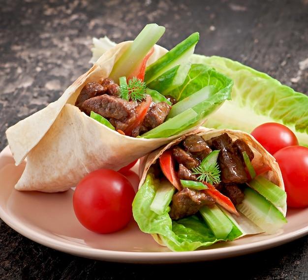 肉と新鮮な野菜のトルティーヤラップ 無料写真