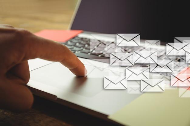 Рука tounching ноутбук и много конвертов Бесплатные Фотографии