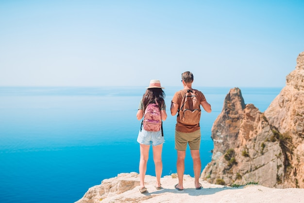 Туристическая пара, походы на летние каникулы Premium Фотографии