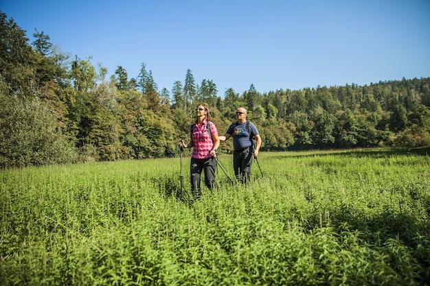 スロベニア、rakovskocjanの自然公園の未舗装の小道にいる観光客のカップル 無料写真