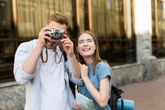 Coppie turistiche che prendono le immagini con la macchina fotografica Foto Gratuite