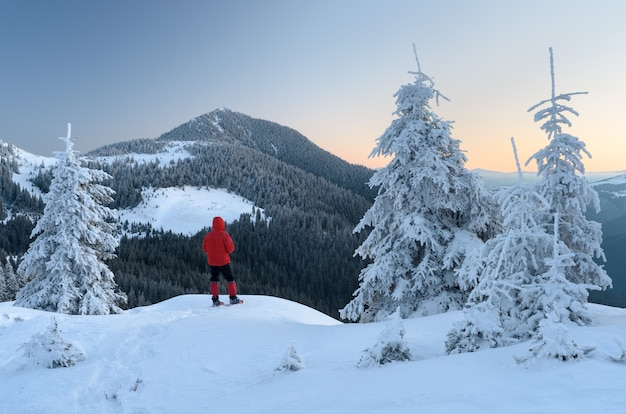 Турист в горном походе Premium Фотографии