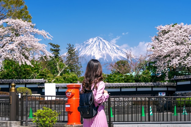 Tourist looking at fuji mountain and cherry blossom in spring, fujinomiya in japan. Free Photo