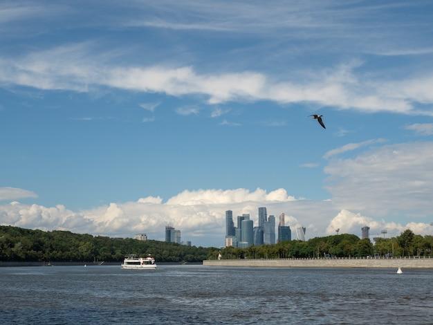 모스크바 강과 참새 언덕의 강보기에 떠있는 관광 배 프리미엄 사진