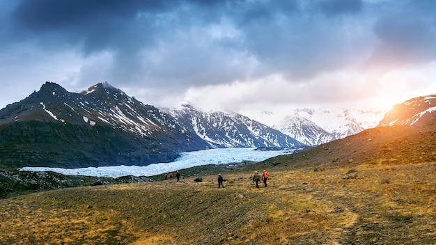 アイスランドのヴァトナヨークトル国立公園、スカフタフェル氷河を訪れる観光客。 無料写真