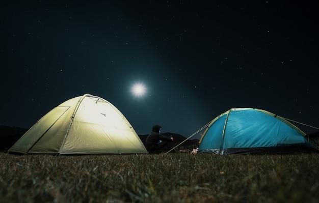 Туристические палатки в лагере среди лугов в ночных горах Бесплатные Фотографии