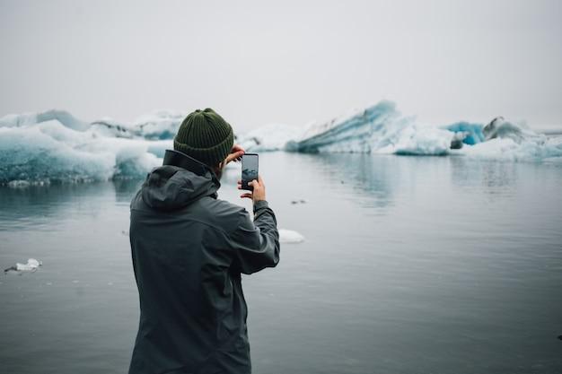 観光客はアイスランドの水中の氷河を見ます 無料写真