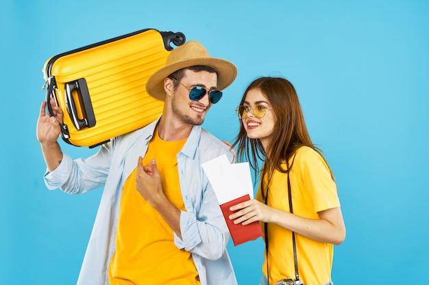 観光客asparkamと飛行機のチケット休暇の荷物旅行楽しい青の眼鏡をかけている若いカップル Premium写真