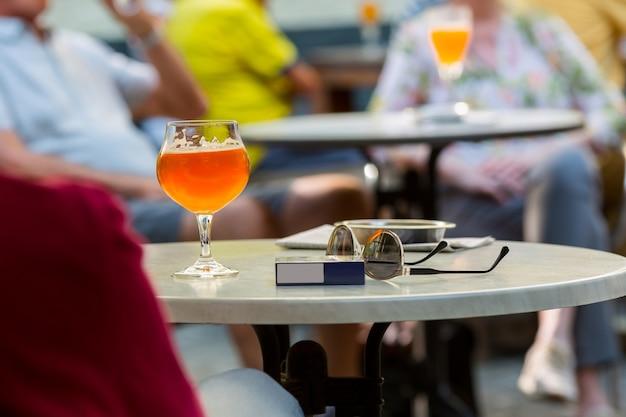 Туристы пьют пиво в уличных кафе, европа Premium Фотографии