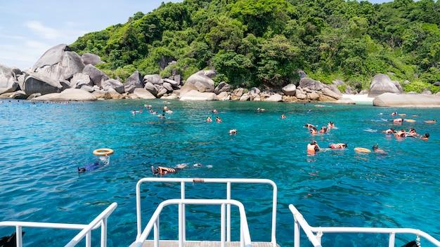 Tourists enjoy diving at similan islands national park phang nga province, southern thailand Premium Photo