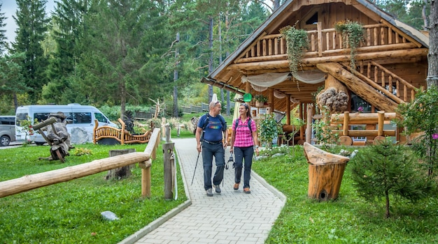 Туристы на прогулке вокруг озера хиджа-глэмпинг в районе нова вас, словения. Бесплатные Фотографии