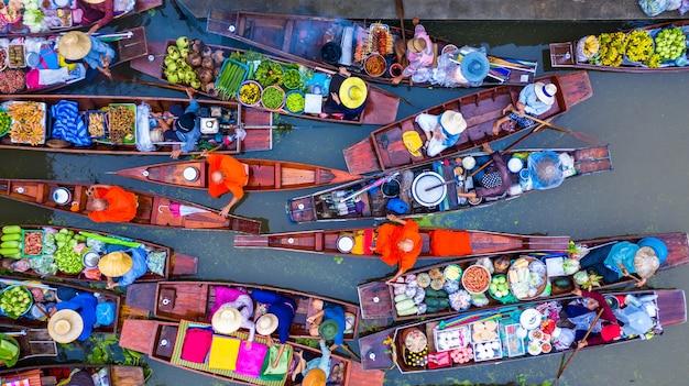 Туристы, посещающие на лодке Premium Фотографии