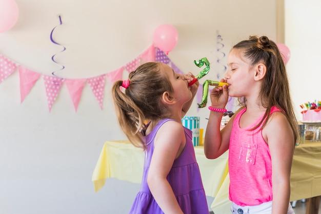 Rimorchia le ragazze carine che suonano il corno di festa Foto Gratuite