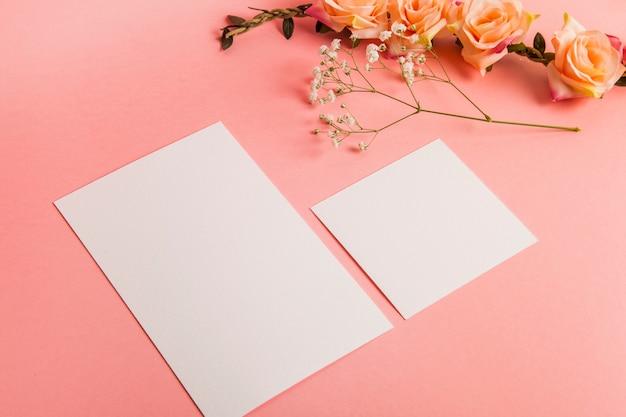 Fogli di carta bianca e rose Foto Gratuite