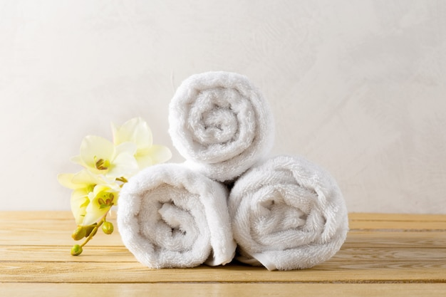Towels roll with flower Premium Photo