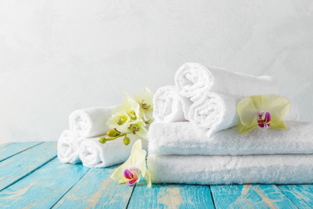 Towels with orchid flower Premium Photo