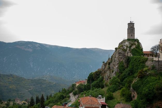 Torre nella città di montagna di arachova in grecia Foto Gratuite