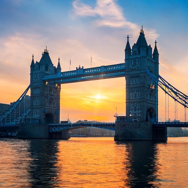 ロンドンの日の出のタワーブリッジ。 無料写真
