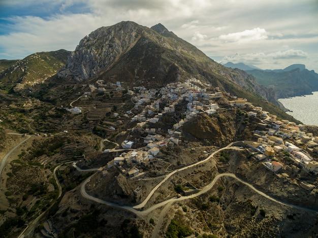ギリシャの町。岩山と海に囲まれた道路 無料写真