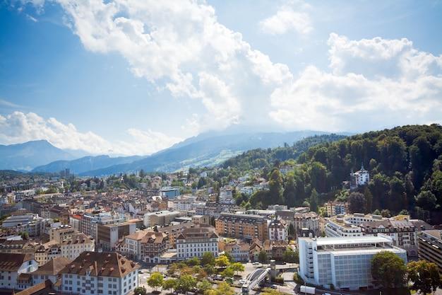 山の町。アルプスの小さなスイスの町ルツェルン Premium写真