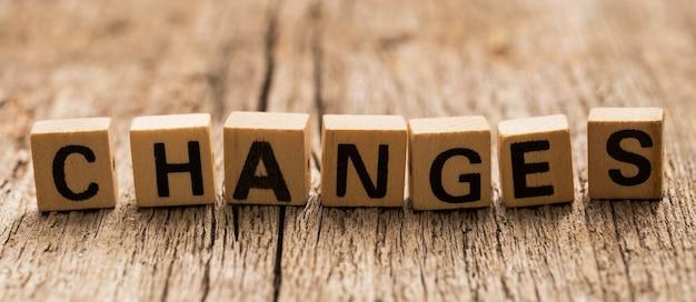単語の変更とテーブルの上のおもちゃのレンガ 無料写真