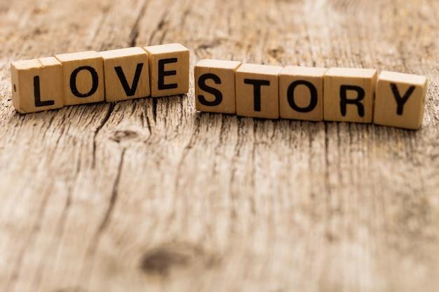Игрушечные кирпичи на столе со словом love story Бесплатные Фотографии