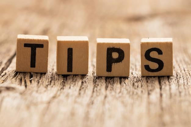 Игрушечные кубики на столе со словом tips Бесплатные Фотографии