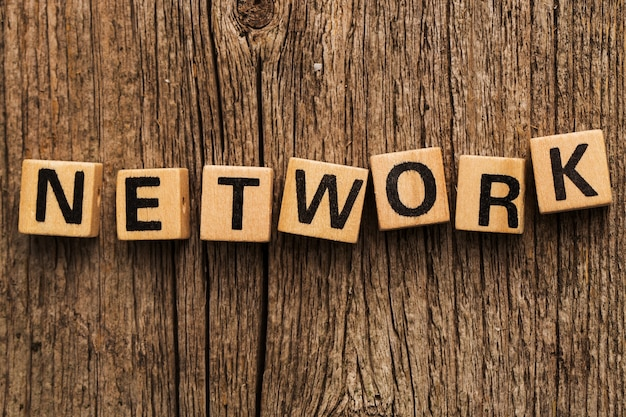 Mattoni del giocattolo sul tavolo con la parola network Foto Gratuite