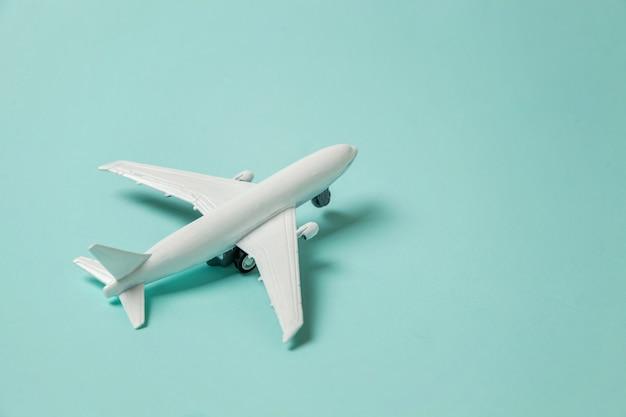カラフルな青色の背景におもちゃの飛行機 Premium写真
