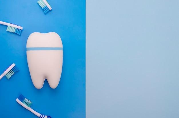 青のおもちゃの歯 Premium写真