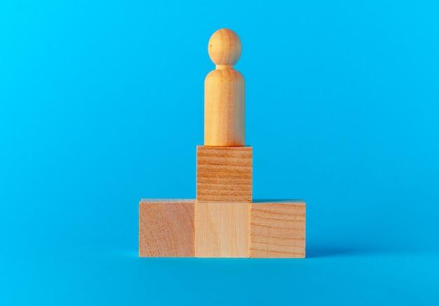青い背景の正面図のおもちゃの木製ブロック Premium写真