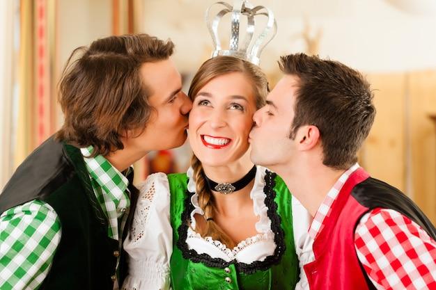レストランやパブで伝統的なバイエルンtrachtの若者 Premium写真