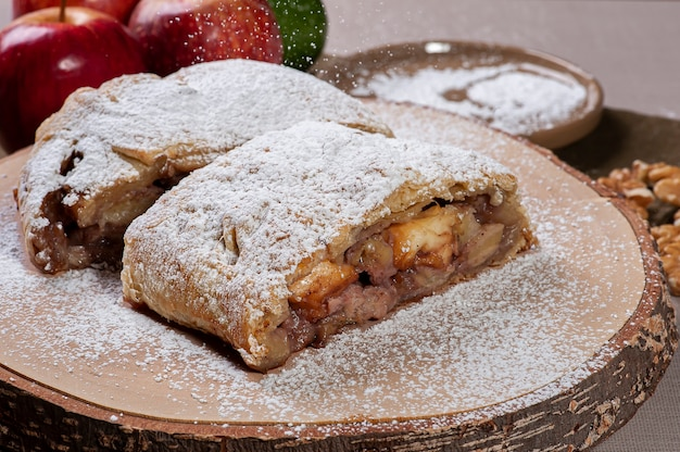 Traditional apple strudel with nuts Premium Photo