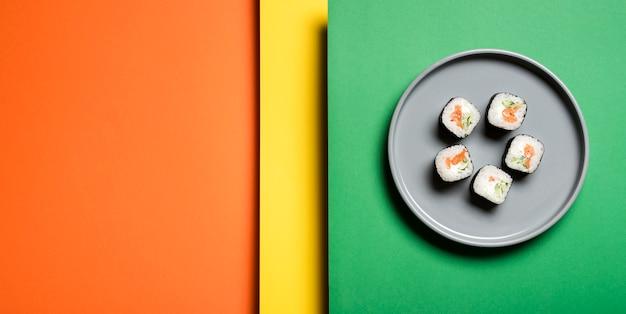 Традиционные азиатские суши роллы на абстрактном фоне Бесплатные Фотографии