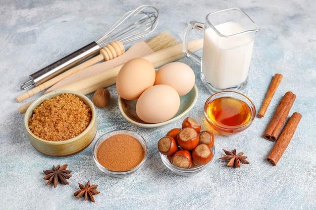 伝統的な秋のベーキング材料:リンゴ、シナモン、ナッツ。 無料写真