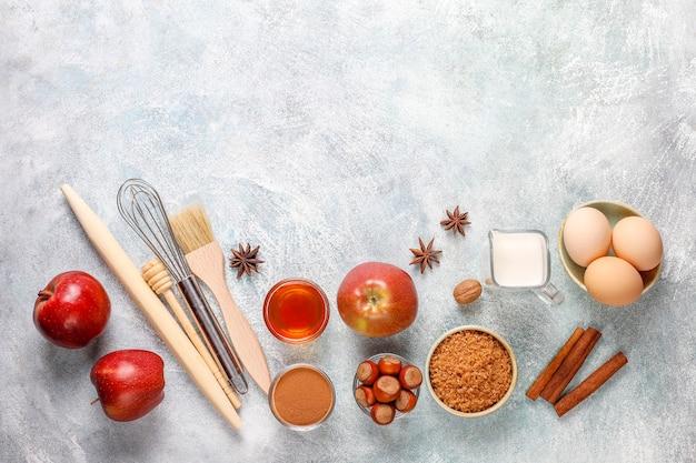 전통적인 가을 제빵 재료 : 사과, 계피, 견과류. 무료 사진