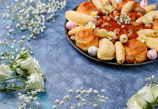 Традиционный азербайджанский праздник новруз печенья пахлавы и шакарбурас на черном подносе Бесплатные Фотографии