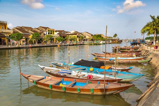 Традиционные лодки в хойане во вьетнаме Premium Фотографии
