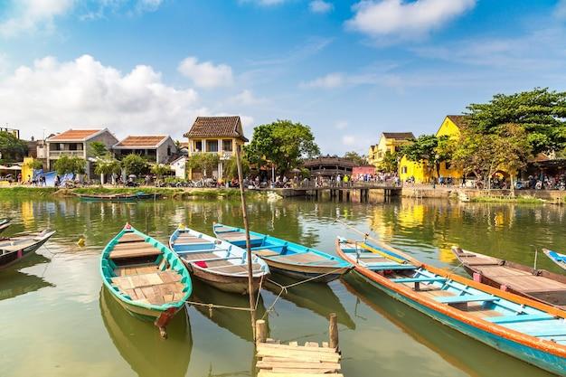 Традиционные лодки в хойане, вьетнам Premium Фотографии