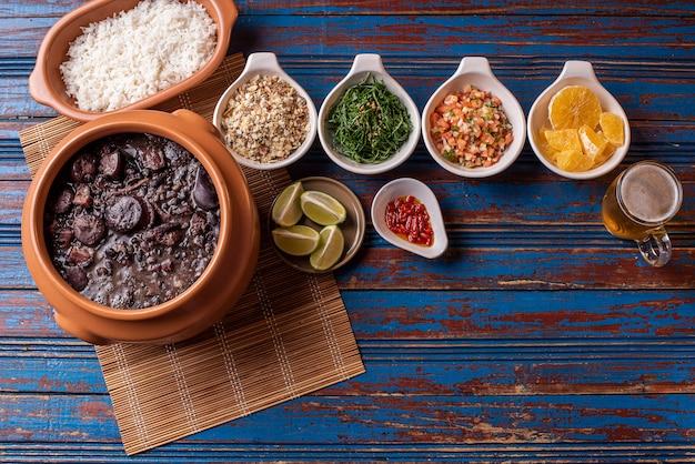 Традиционная бразильская фейжоада на столе Premium Фотографии