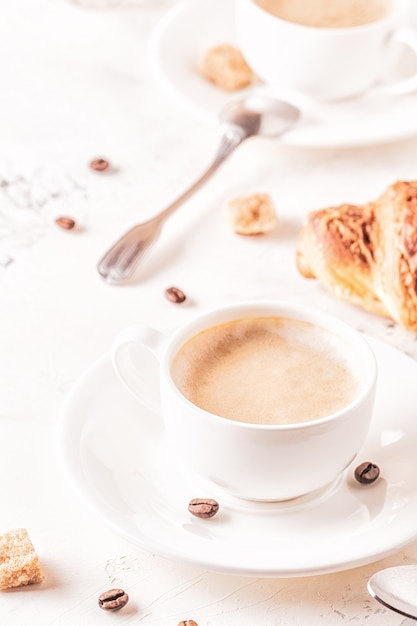 白、垂直に焼きたてのクロワッサンを使った伝統的な朝食。 Premium写真