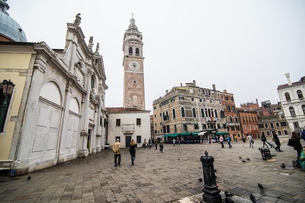 Tradizionale canal street con gondola nella città di venezia, italia Foto Gratuite