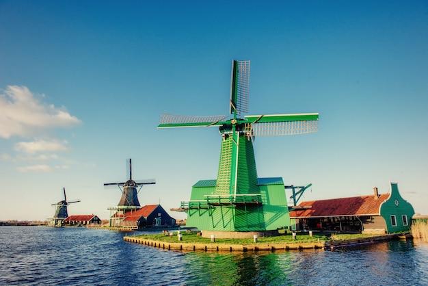 ロッテルダムチャネルからの伝統的なオランダの風車。オランダ。 Premium写真
