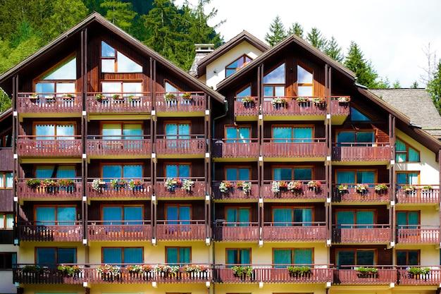 Традиционное европейское альпийское лыжное шале Premium Фотографии