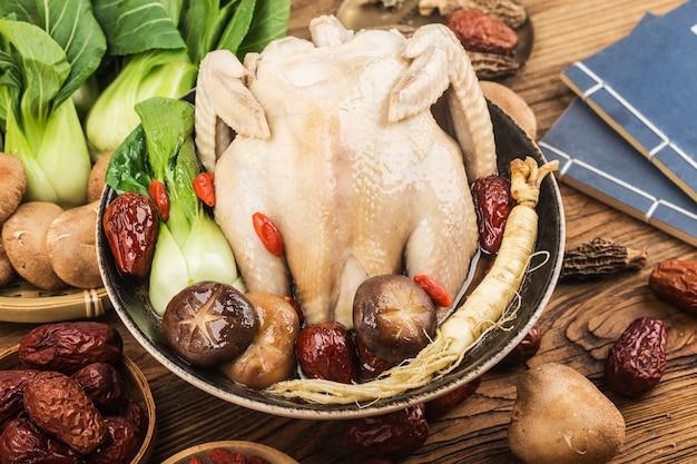 伝統的な食べ物-高麗人参のチキンスープ、 Premium写真