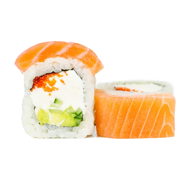 Traditional fresh japanese roll with salmon, nori, philadelphia, tobico, avocado and cucumber Premium Photo