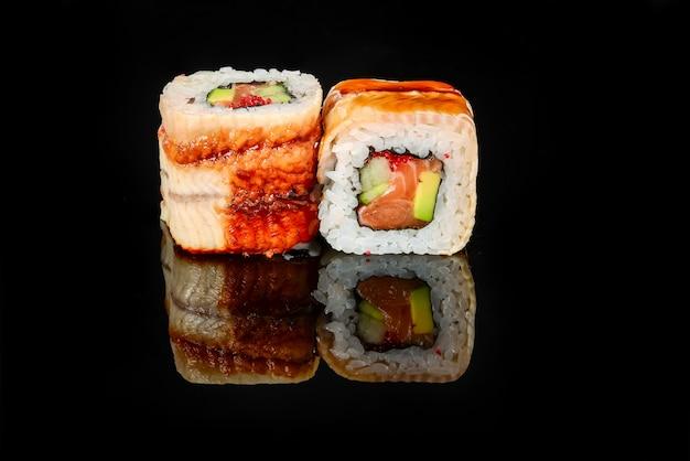 Традиционные свежие японские роллы суши на черном фоне   Премиум Фото