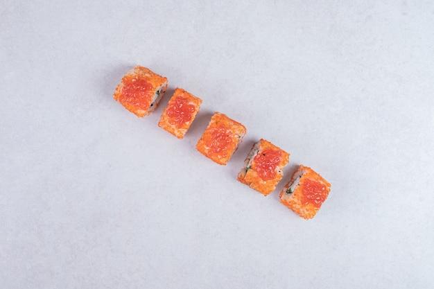 Rotoli di sushi freschi tradizionali su priorità bassa bianca. Foto Gratuite