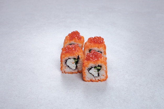 Rotoli di sushi freschi tradizionali sulla superficie bianca. Foto Gratuite