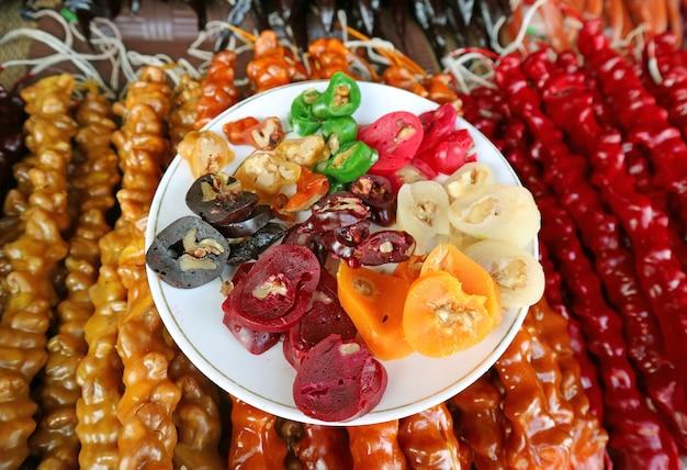 Традиционные грузинские сладости под названием чурчхела или чурчела Premium Фотографии